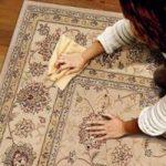 Plamy z kleju na dywanie
