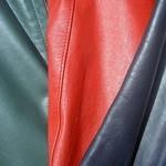 Plamy z pleśni na odzieży ze skóry glansowanej