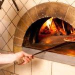 kucharz piecze pizze