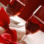 Romantyczne spotkanie przy świecach i winie – kilka wskazówek dla amatorów wytwornych kolacji