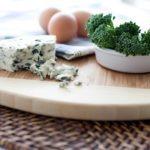 Jajecznica z pleśniowym serem, prosty przepis na szlachetne danie