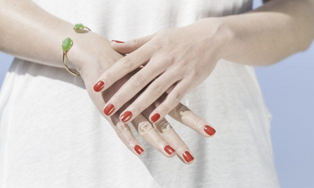 Szykujesz się do wielkiego wyjścia, jednak Twoje dłonie są przesuszone, a paznokcie w złym stanie? Sprawdź, jak temu zaradzić