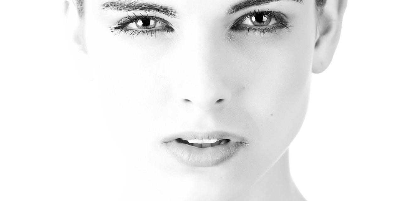 Pielęgnacja twarzy na noc – jakich kosmetyków używać przed snem