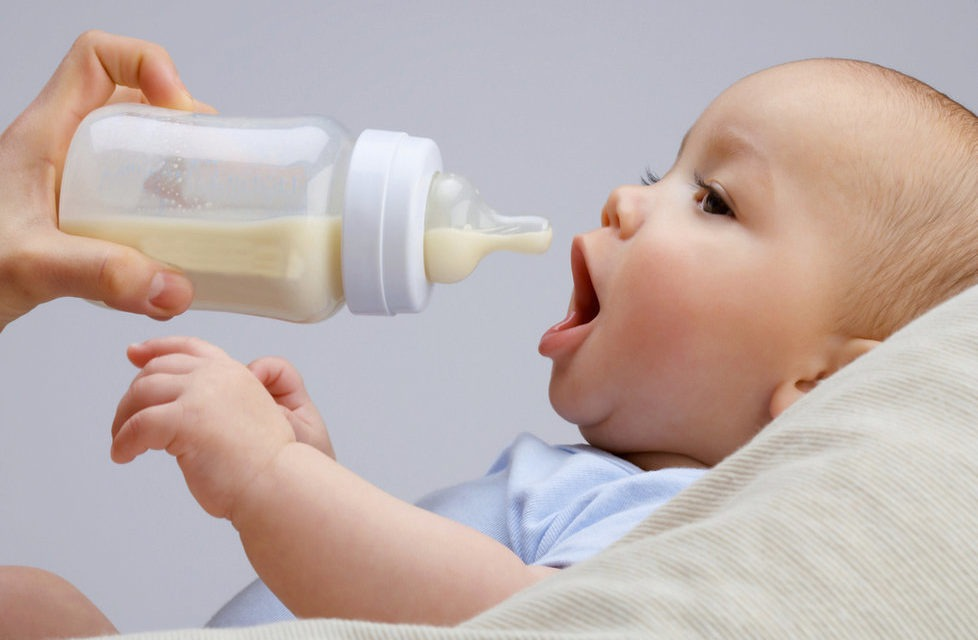 Sposoby karmienia dziecka i niezbędne dodatki