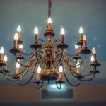 Żyrandole oraz inne lampy sufitowe, które podbijają serca osób urządzających swoje wnętrza