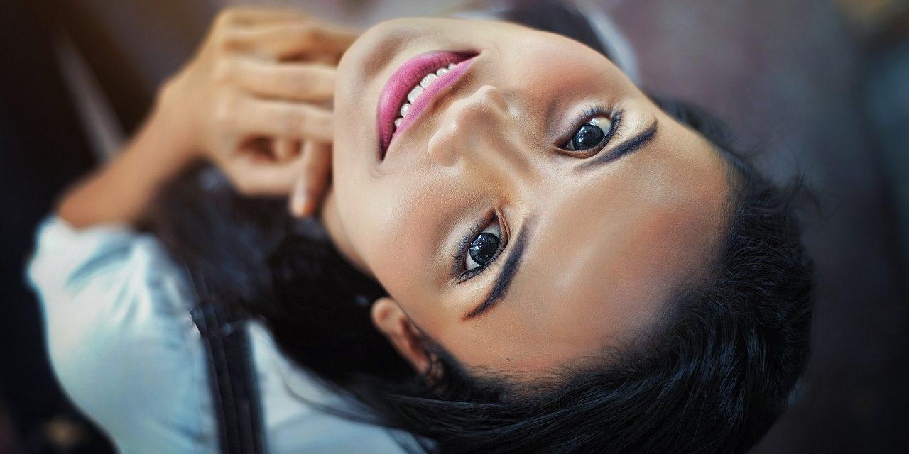 Matująca baza pod makijaż – kiedy warto?