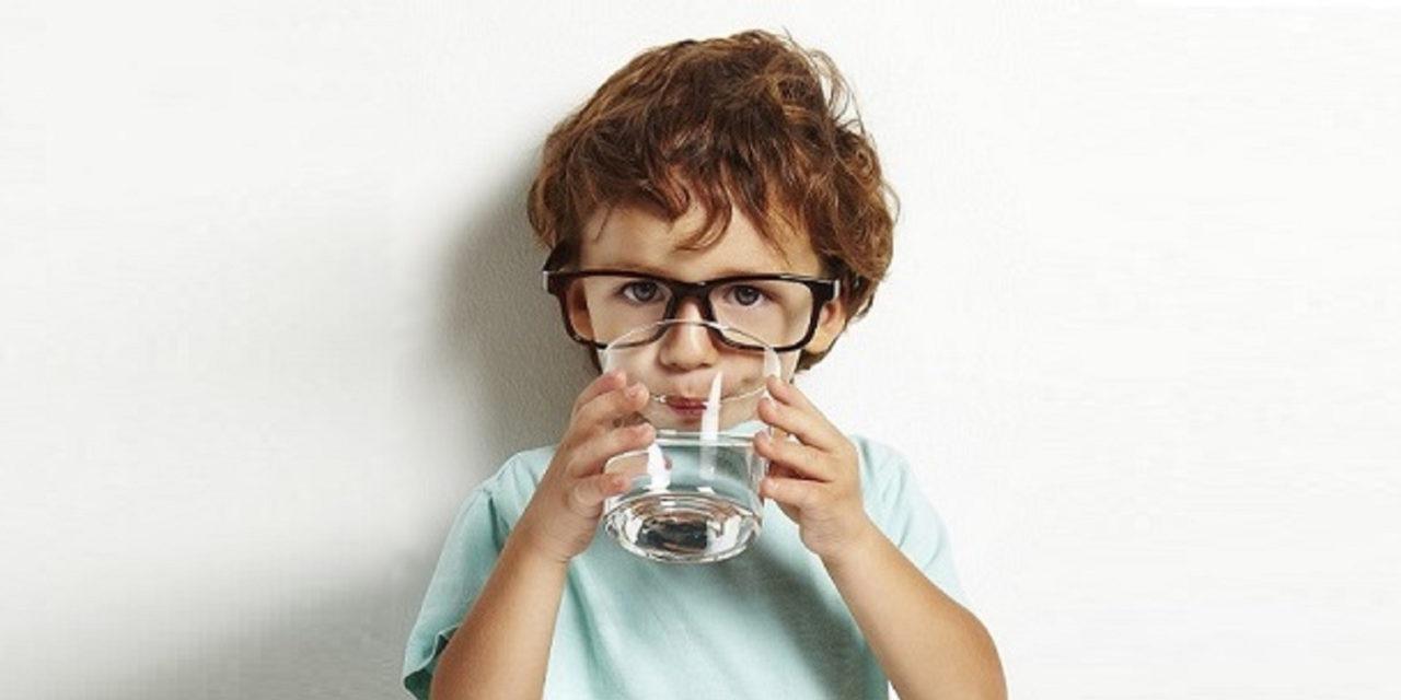 Czy dzbanek filtrujący może zastąpić wodę butelkowaną?