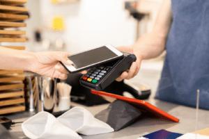 Płatność telefonem w sklepie