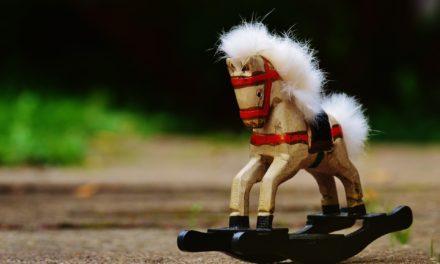 Koniki na biegunach drewniane – kiedy kupić dziecku?