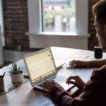 Cegła na ścianie w biurze – zbuduj doskonały klimat do pracy