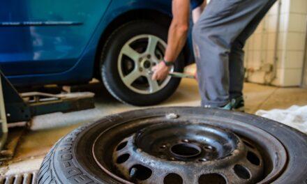 Jakie meble wybrać na wyposażenie warsztatu samochodowego? Sprawdź praktyczne propozycje