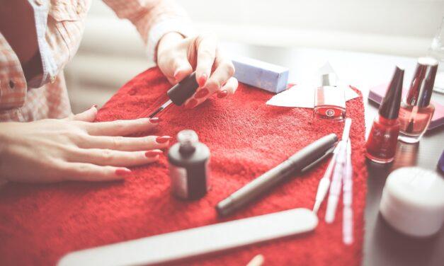 Czy żele do stylizacji paznokci są bezpieczne dla płytki?